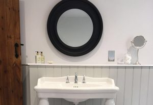 black-round-mirror-bathroom-design