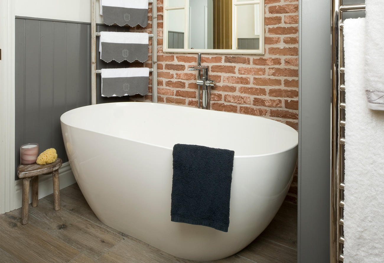 freestanding-bath-vs-built-in